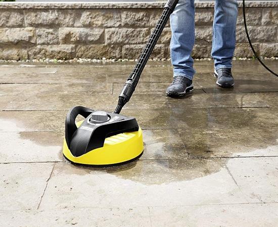 Limpiando suelo con cepillo de hidrolavadora