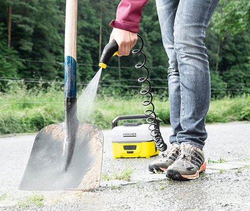 Limpiar herramientas con limpiadora portátil a presión