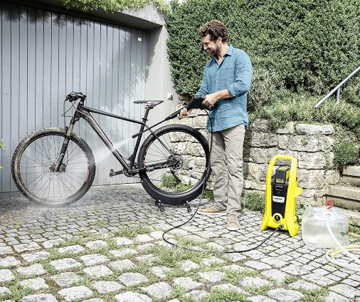 Limpiando bicicleta con hidrolimpiadora a batería portátil