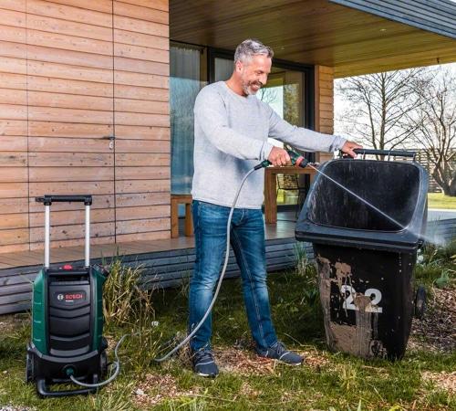 Limpiando contenedores de basura con hidrolimpiadora portátil a batería