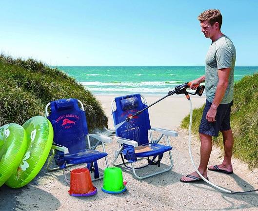 Limpiando elementos de playa con hidrolimpiadora portátil a batería