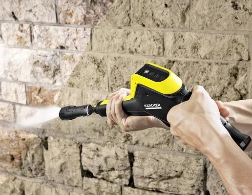 Limpiando muro con limpiadora Karcher