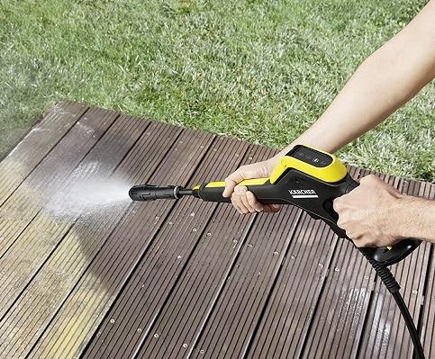 Limpiando tarima con limpiadora