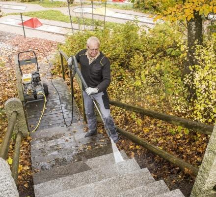 Limpiando escaleras con hidrolimpiadora de gasolina