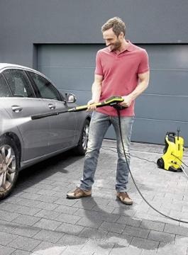 Limpiando coche con hidrolavadora