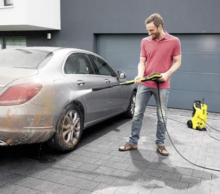 Limpiando coche con limpiadora a presión