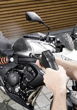 Limpiando moto con agua a presión
