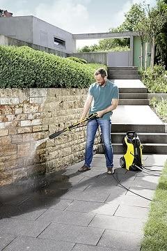 Limpiando muro con limpiadora a presión