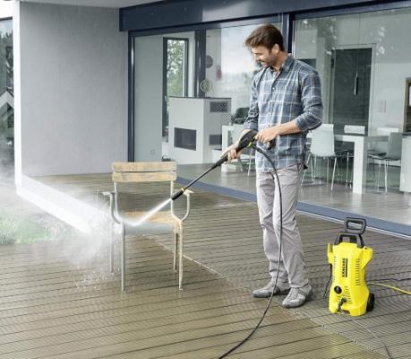Limpiando muebles con hidrolimpiadora