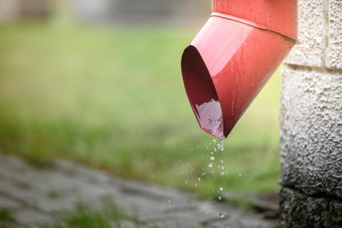 Cómo desatascar la bajante del canalón