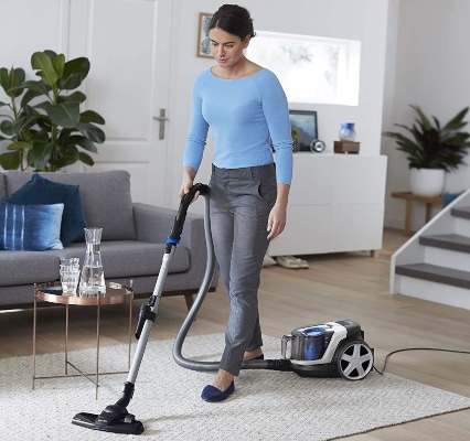 Aspirando alfombra con aspiradora con filtro HEPA